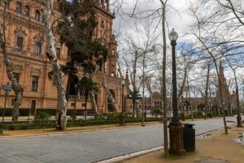 De beroemde Plaza España was helaas afgesloten vanwege de harde wind. Men was bang dat er takken op de toeristen zouden vallen. Dus ik kon alleen een fotootje door het hek heen maken.
