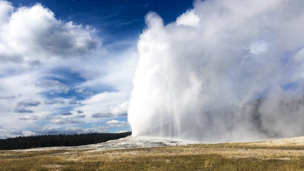 Old Faithful Yellowstone new york to los angeles road trip