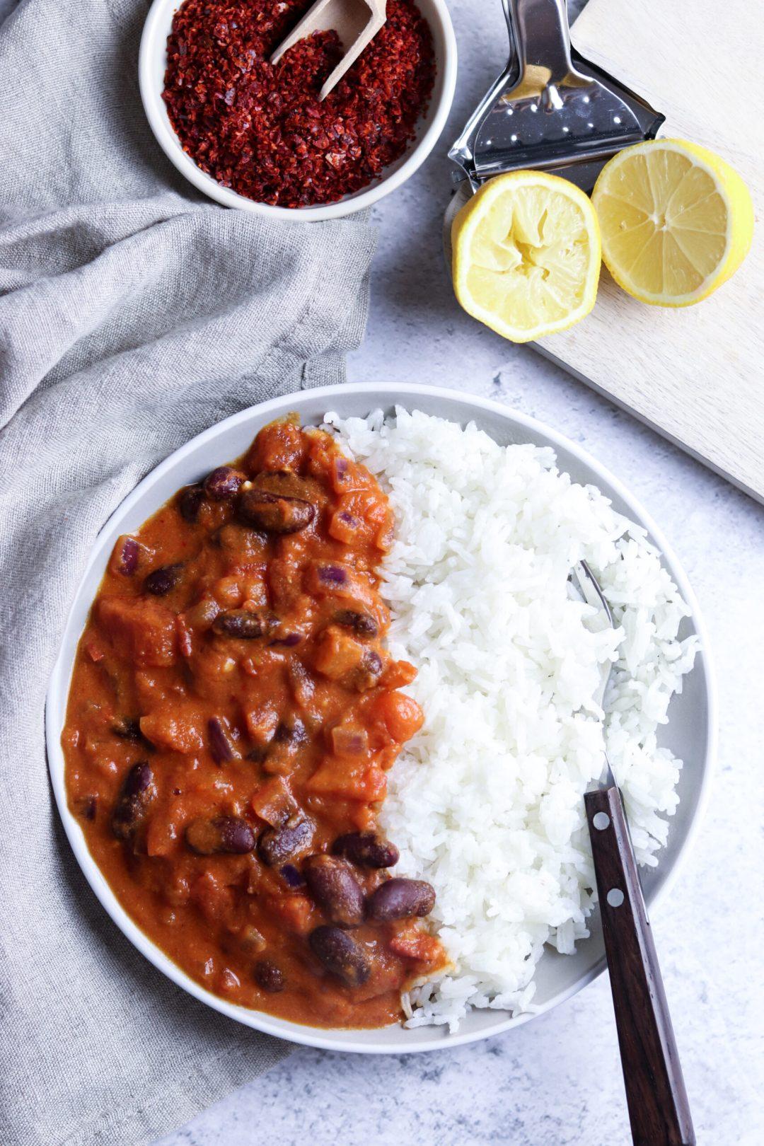Würziges Curry mit Kidneybohnen und Reis