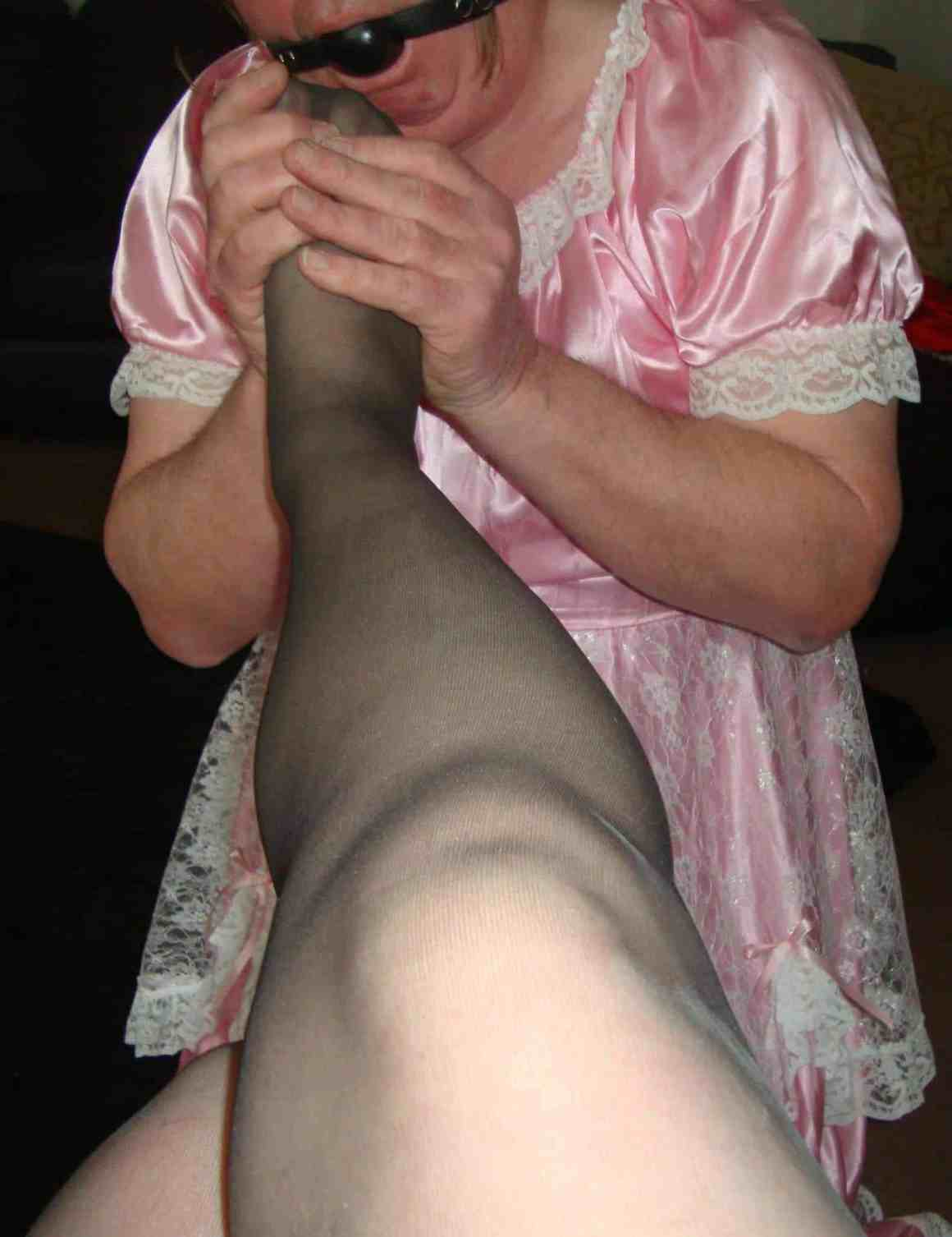 sissy maid worships feet