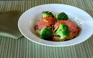 Chicken with grapefruit, broccoli and ginger