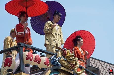 真岡市荒神祭屋台の上の人たちの写真