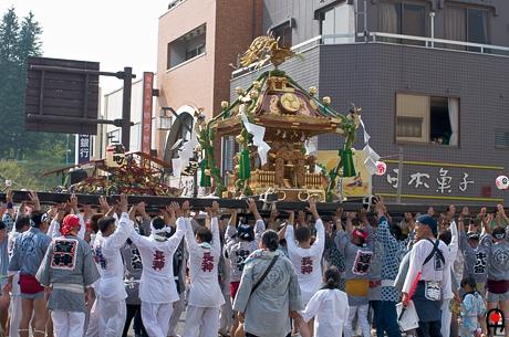 真岡市荒神祭神輿持ち上げ中の写真