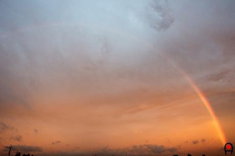 夕焼け空に掛かる虹の写真