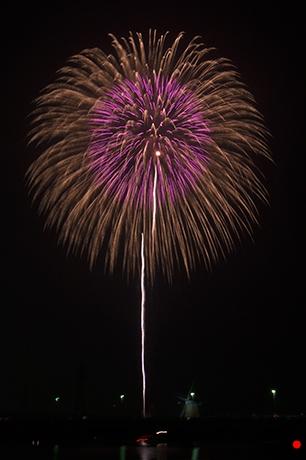 高く大きな打ち上げ花火の写真