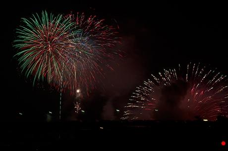 大きくなった水上花火と打ち上げ花火の写真