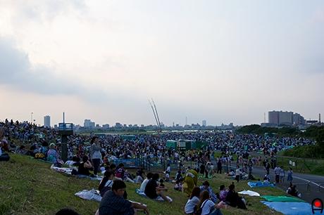 花火大会開始前の会場の様子の写真