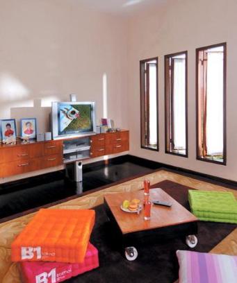contoh desain ruang tamu minimalis tanpa sofa terbaru
