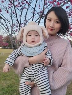 授乳する中国人ママ