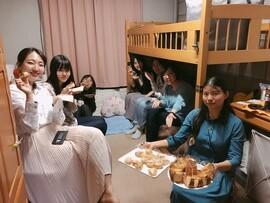 女子寮のシャワーでウンコ (1)