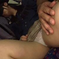 夜行バスで隣に寝てる女の子に痴漢してるエロ動画