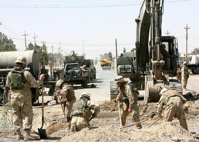 1280px-Seabee_in_Fallujah-Iraq-2006-06-16