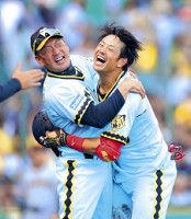 【阪神】巨人に勝ち越し貯金1で3位浮上…金本監督、歓喜のヘッドロック