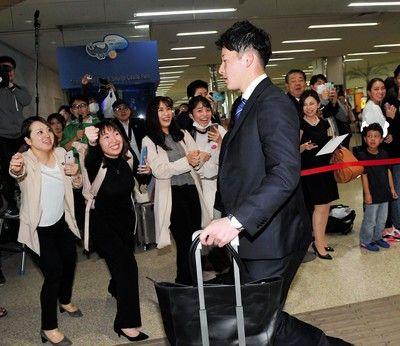 日本ハム・吉田輝が沖縄に到着悲鳴まじりの黄色い声援が飛ぶ