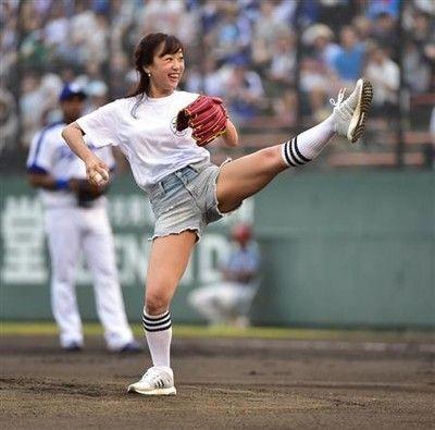 人気アナが豪快に始球式バレエ、チア経験