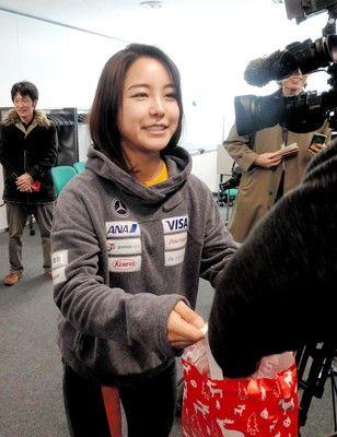 高梨沙羅が報道陣に手渡しクリスマスプレゼント「もらっていただけますか?」