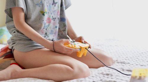 コスプレイヤー ニンテンドー64 コントローラー 持ち方 おかしい 変に関連した画像-01