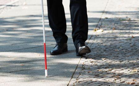 全盲 男性 点字ブロック 通行人 ぶつかる 八王子に関連した画像-01