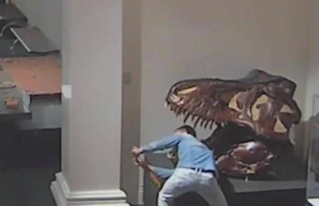 博物館に侵入