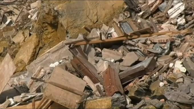 崖が陥落し大量の棺が海に落下