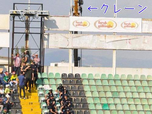 スタジアムに出入り禁止の男がクレーンを借りて観戦する00