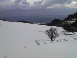 雪の碇高原牧場から見る日本海