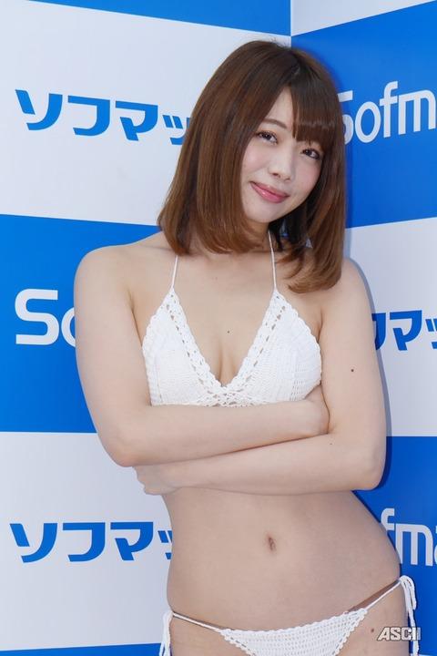 http://ascii.jp/elem/000/001/581/1581997/nanami_03_c_800x1200.jpg