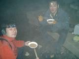 野宿の様子。ミヨサワ(右)とイノさん(左)