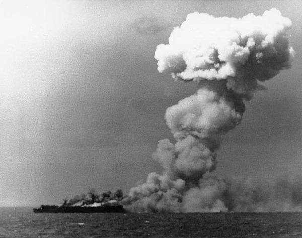 USS_Princeton_ (CVL-23) _burning_on_24_octobre_1944_ (80-G-287970)