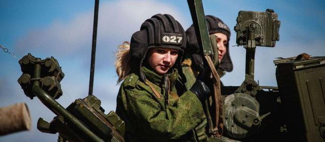ロシアの戦車と女性兵士_0