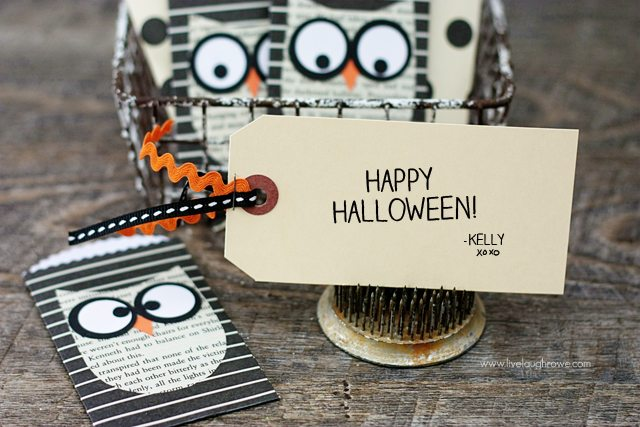 Use an adorable Halloween paper pocket as a gift card holder or as a unique Halloween card! www.livelaughrowe.com #halloween