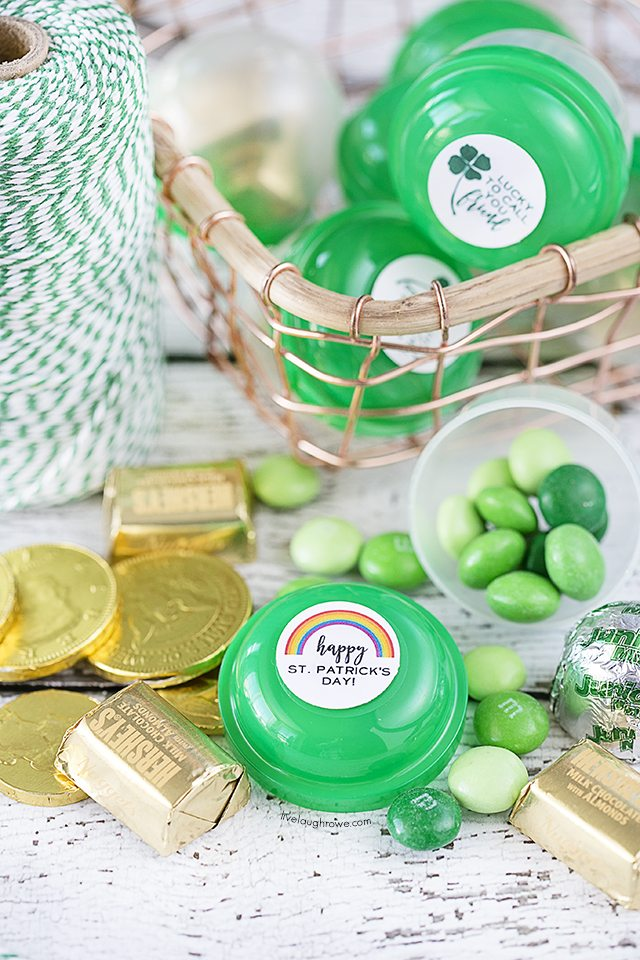 These green party favors made with vending machine capsules are genius! Too cute not to pull together for St. Patrick's Day. livelaughrowe.com