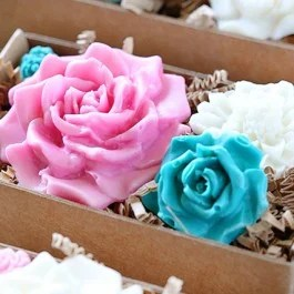 Learn how to make chocolate flowers using melt and pout chocolate! A simple and easy gift idea. Tutorial at livelaughrowe.com