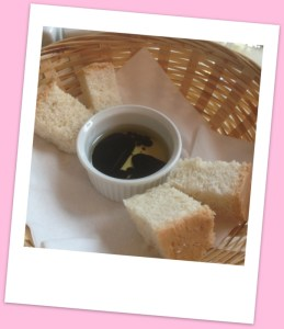 Bread, olive oil/balsamic vinegar