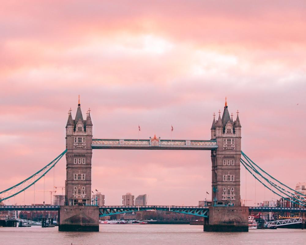 伦敦的酒店是在伦敦的一座酒店,在日落前,在海滩上的海滩上见过的。