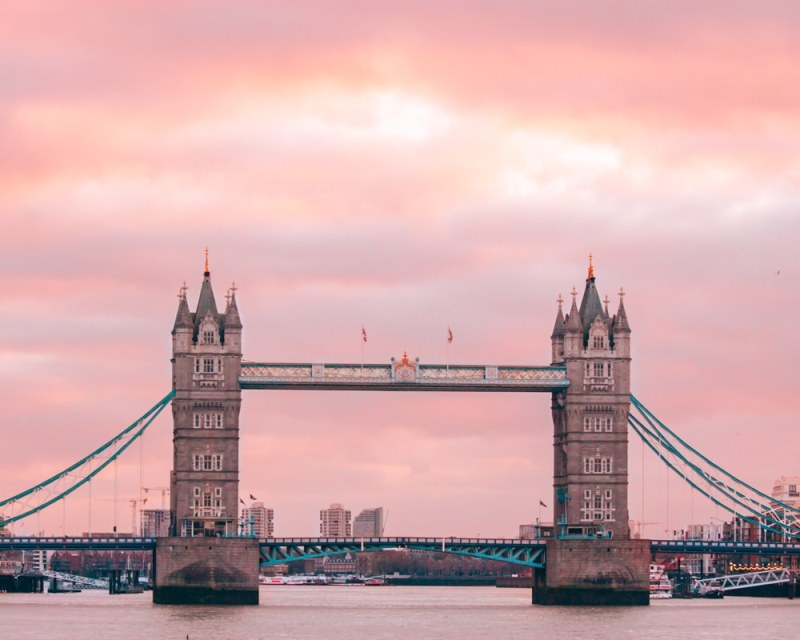 Tower Bridge in London is the perfect place to watch the sunrise before eating in the Coppa Club igloos. Find out how much it costs and how to eat there with or without a reservation.