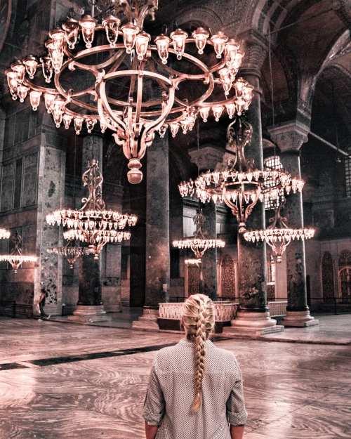 在索非亚·史塔克的一个人在清真寺里,被称为伊莎贝尔·埃莉丝。