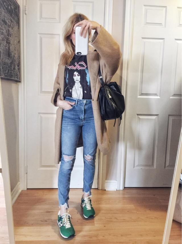 Cher T-shirt | High waist jeans | Camel Coat | green sneakers