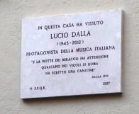 Vicolo del Buco a Trastevere: una targa sulla casa di Lucio Dalla