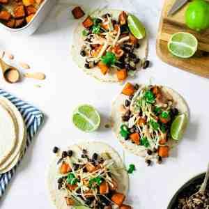 Tacos på ett marmor bord.