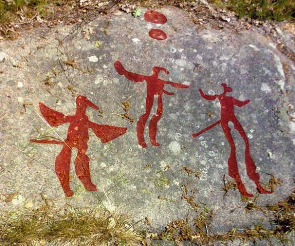 Hällristning som visar tre figurer med fågellika drag.