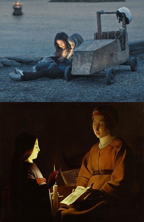 I översta bilden syns två flickor sitta vid en lådbil. Deras ansikten lyses upp av en surfplatta. I den nedre bilden syns en flicka och en äldre kvinna studera en bok i ljuset av ett vaxljus.