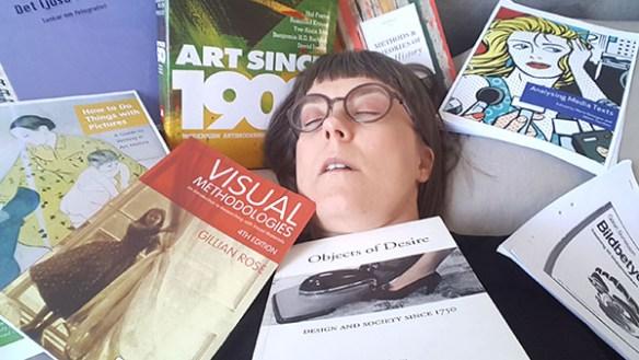 Person drabbad av KOVA23. En person ligger överhopad av en mängd kurslitteratur.
