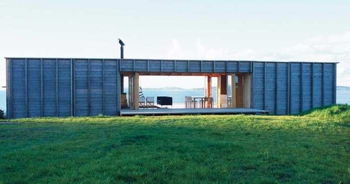 O casă mică făcută dintr-un container.Arată superb și se află lângă ocean!