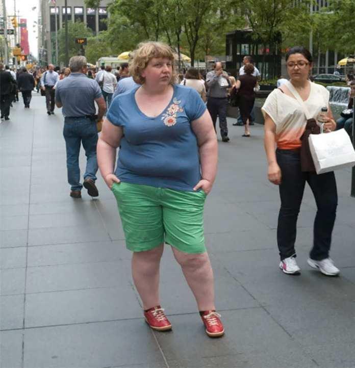 Fotografii neobișnuite ce surprind reacțiile străinilor atunci când se află în preajma unui supraponderal