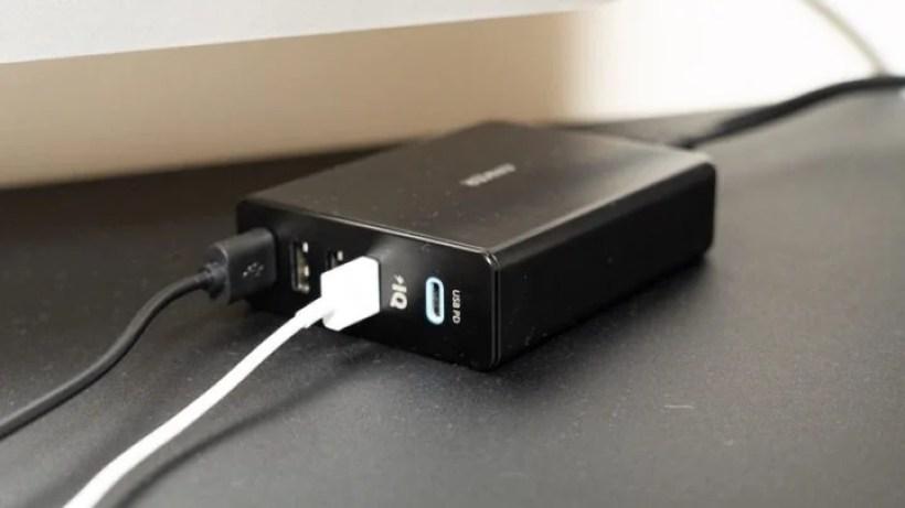 僕はAnerのUSB PD対応USB電源アダプタをデスクの上に置いている