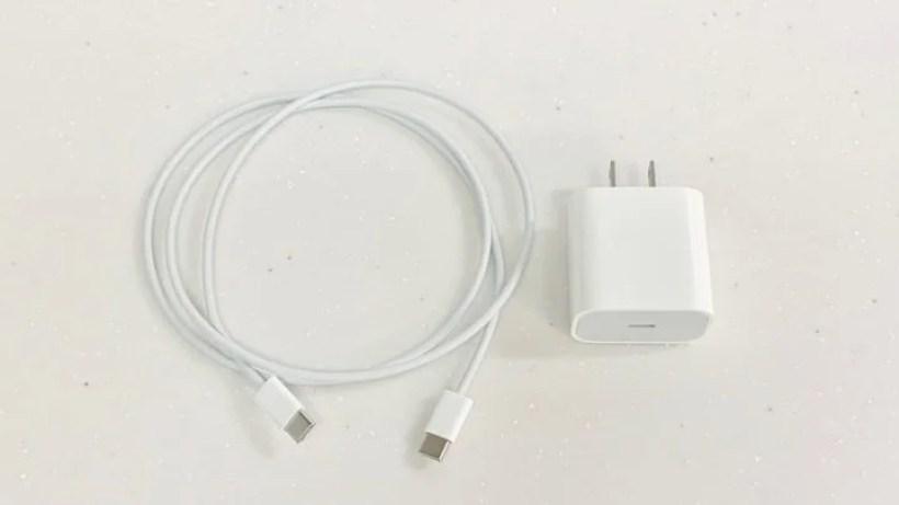 付属の12WUSB電源ケーブルとUSB-Cケーブル