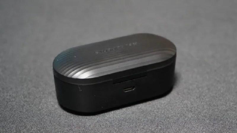 ケース裏側にあるMicro USBポートでケースを充電する