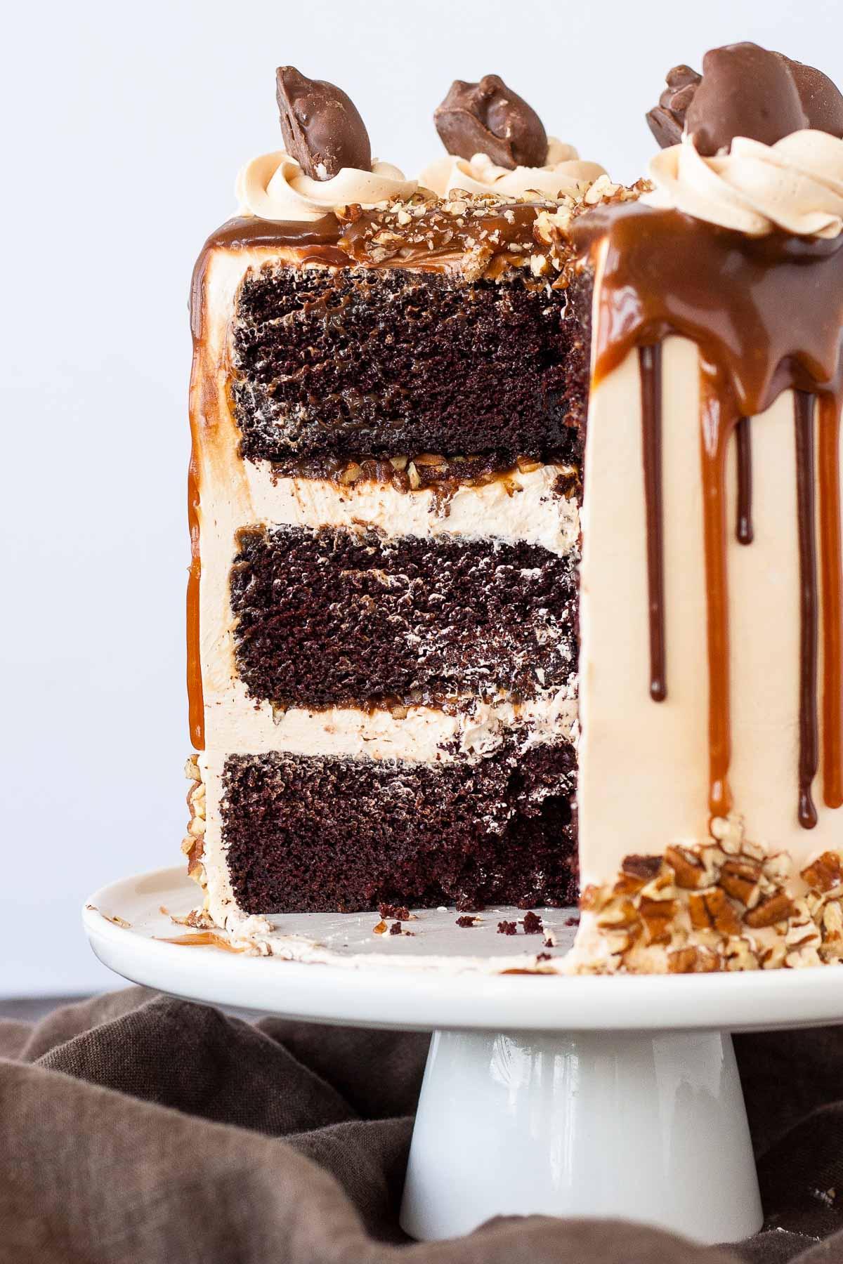 Transformez vos bonbons préférés en Tortues Layer Cake!  Couches de riche gâteau au chocolat, crème au beurre de caramel, sauce au caramel et noix de pécan.     Livforcake.com