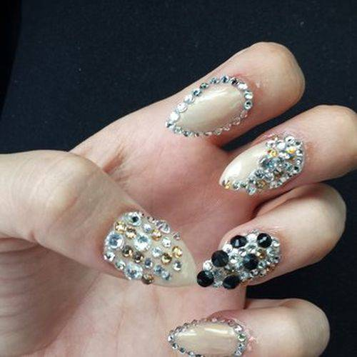 http://nailsart.idolwhitefaq.com/3d-nail-art-with-diamonds/